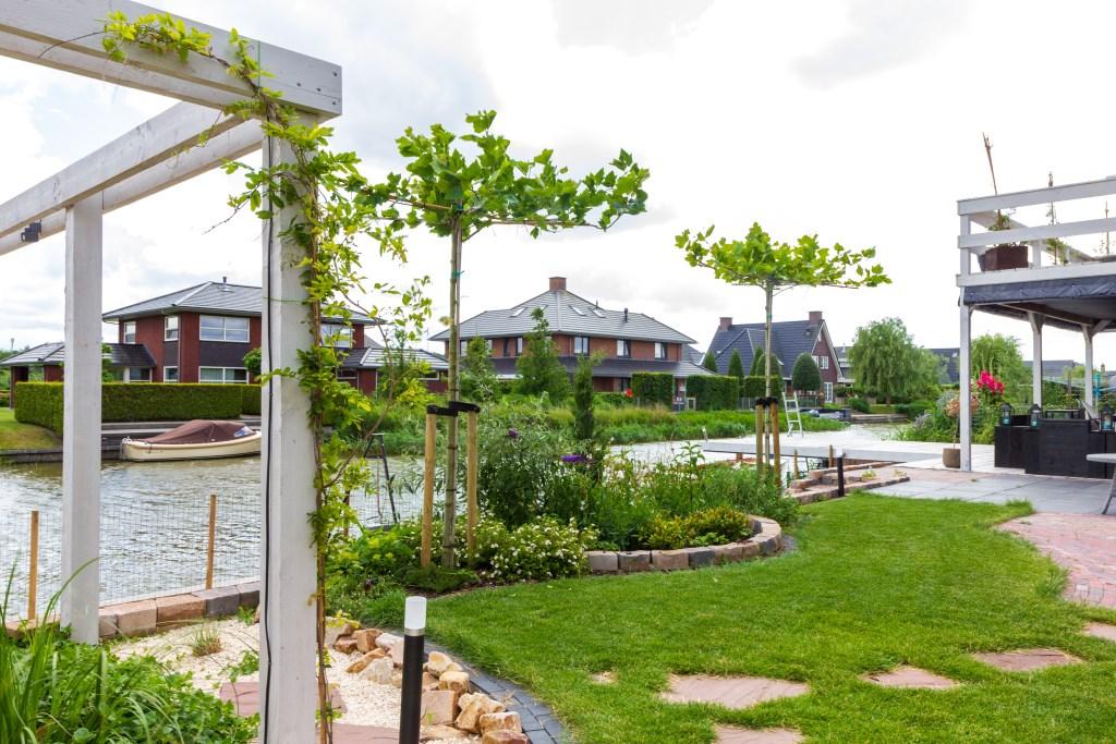 De tuin met het zandstrand bevat naast stenen veel groen. Foto: Actief Media © Actief Media