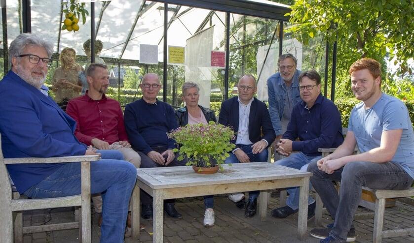 Jan Veenstra (bestuur Comprix), Roelov Kuipers (bibliotheek) Cees Dijkstra (directeur Paadwizer), Ina van der Vlugt (directeur de Trime),  wethouder Postma, Symen Sybrandy, (voorzitter Klaverblêd), Wim Kunnen (voorzitter V.V. De Sweach en Ruben Rohaan van Scouting BA-OW die een website maakte naar aanleiding van dit project. Alle partijen kunnen zich hier presenteren en zo de verbinding maken. Zie met je app het filmpje achter de foto.
