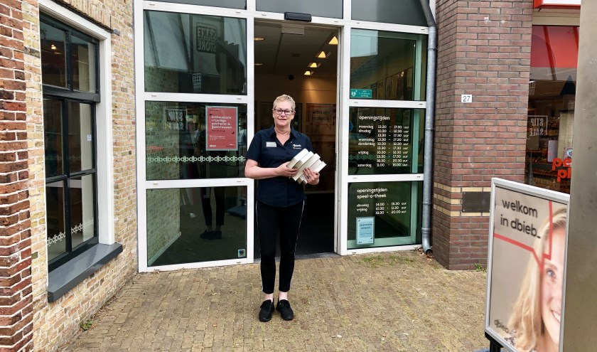 """Hillie de Vries voor dbieb aan de Schoolstraat in Burgum: """"Het voelt ook een beetje als mijn dbieb""""."""