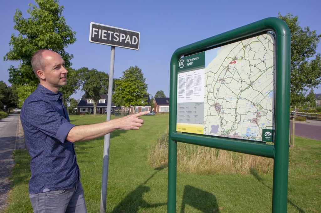Michiel Bakema van recreatieschap Marrekrite coördineerde het project waarbij alle borden en kaarten voor het fietsknooppuntnetwerk in Fryslân werden vernieuwd. Onder andere in Ferwert gaat de route nu via het centrum.  © Actief Media