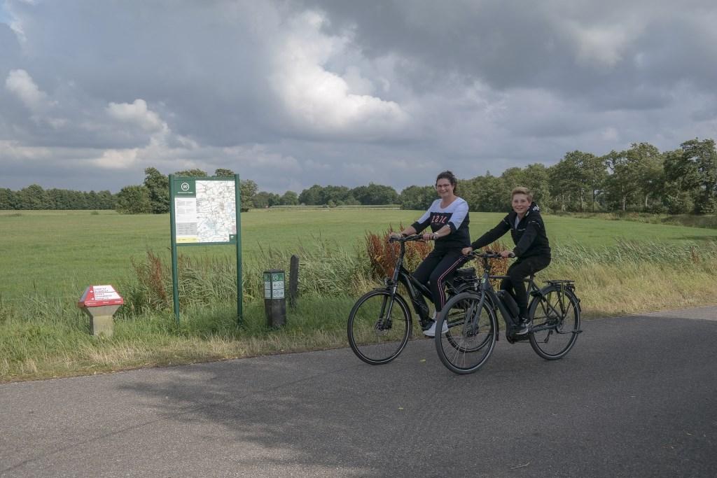 """Marga de Boer en zoon Sven fietsen graag een blokje om. """"Wij runnen de fietsenspeciaalzaak De Boer Tweewielers aan de Oppedijk van Veenweg in Burgum en rijden uiteraard op de nieuwste generatie elektrische fiets."""" Foto: Actief Media © Actief Media"""