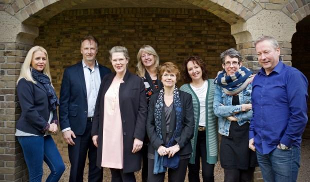 Het verkoopteam van Uitkijkpost Media en Kennemerland Uitgevers met Frits Raadsheer (tweede van links) en Janneke Mars (derde van links).