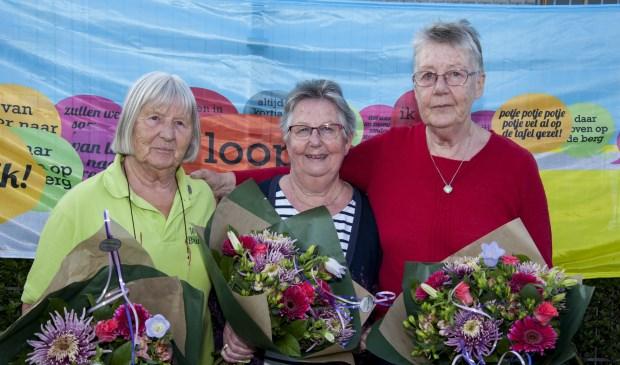 Vrijwilligers Alie Bosscha, Els Koelewijn en Willie Oosting werden in het zonnetje gezet. Foto: Marion Verhaaf