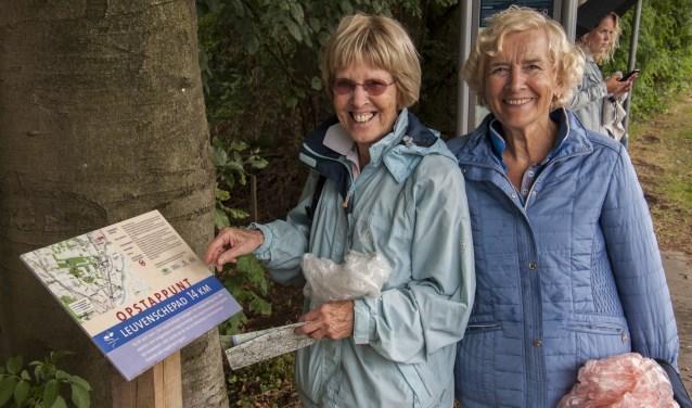 Wandelaarsters Jo Diks en Annelies Coolen bekijken de route van het Leuvensche Pad. Foto: Marion Verhaaf