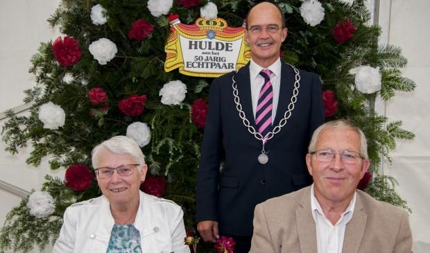 Jan en Marian Holtslag-van Tilburg met burgemeester Van Hedel. Foto: Marion Verhaaf