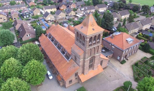 Zandse Kerk met mortuarium en pastorie. (foto: N. Hubers)