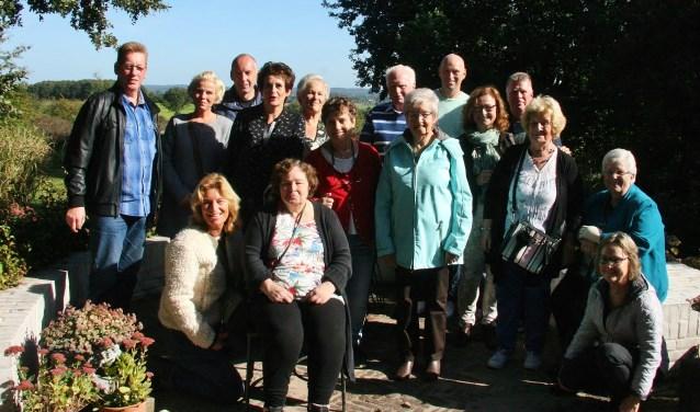 Oom en tantes met neven en nichten van de familie Pouwels.Staand van links naar rechts: Sjaak Pouwels, Gonnie de Nijs, Peter Pouwels, Heleen Pouwels, Nel Pouwels-de Bruin, Lilian Eshuis, Piet Pouwels, Coby Pouwels-Jacobs, Pieter Pouwels, Petra Eshuis, Niki de Nijs, Mia Pouwels-Verbeet.Voorste rij zittend/gehurkt: Els Pouwels, Bianca Eshuis, Annie de Nijs-Pouwels en Alga Eshuis.Niet aanwezig op foto: Carla Eshuis, Anke Eshuis, Karin Pou