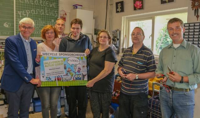 Cheque wecycle voor Repaircafé Westervoort-Duiven. (foto: Karlo Bolder)