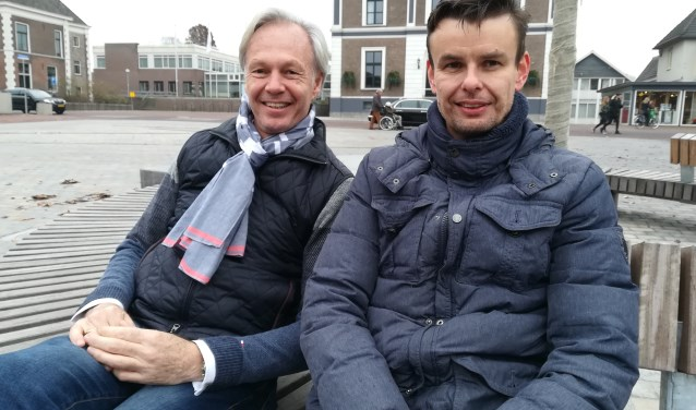 Jeroen Joon (links) geeft het voorzitterschap in goede handen bij Edwin Korthouwer. (foto: Hannie Schrijver)