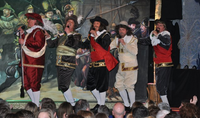 De Hofzangers als 'levende Nachtwacht' tijdens de pronkzitting van afgelopen jaar. (foto: B. Knot)