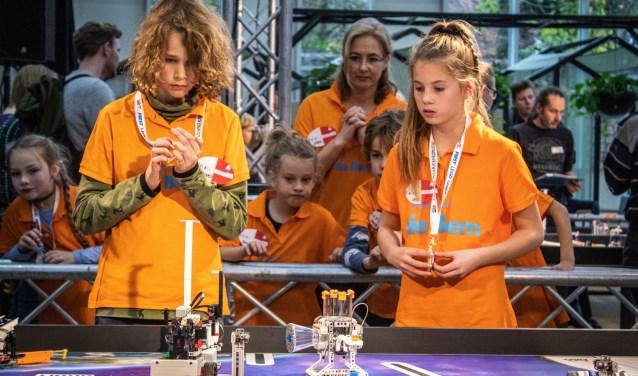 Concentratie bij de leerlingen van basisschool De Bem tijdens de robotwedstrijd. (foto: Project Eclipse)