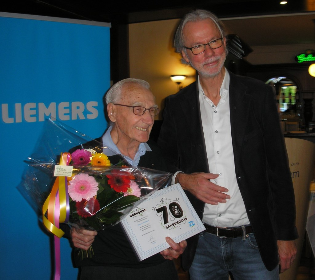De 70 jarige jubilaris L.van Bennink met vakbondsbestuurder  J.Verhoeven. (foto: N.Kampstra)