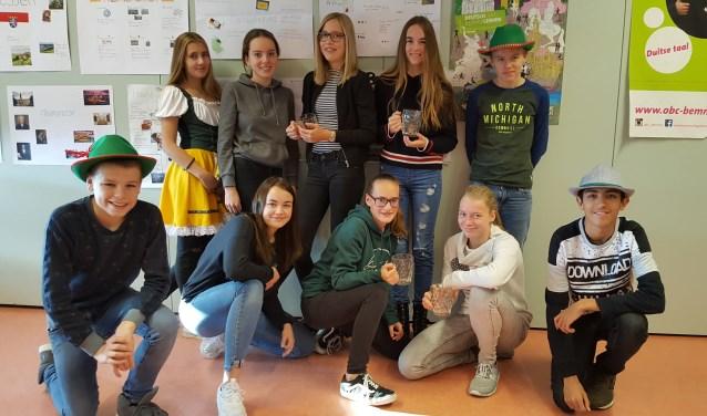 Nederlandse en Duitse scholieren werken samen in Bemmel. (foto: Femke Hoebergen)