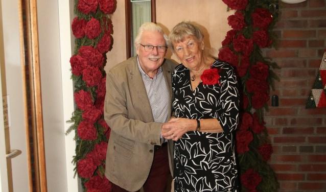 Het diamanten echtpaar lachend gefotografeerd voor hun voordeur. (foto: Heidi van der Landen)