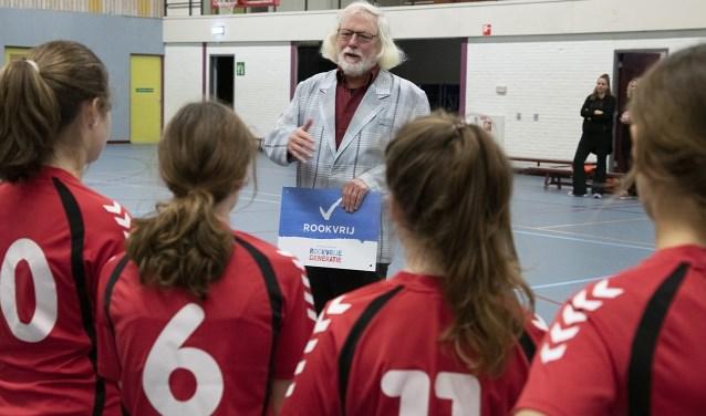 Uitleg wethouder sport Bert Velthuis over Rookvrije Generatie Project. (foto: HV Havana)