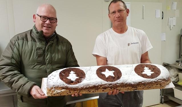 Oud-president van De Geintrappers Frank Hoekjan met Theo Engelen én het kerstbrood. (foto: Ria van Engelen)