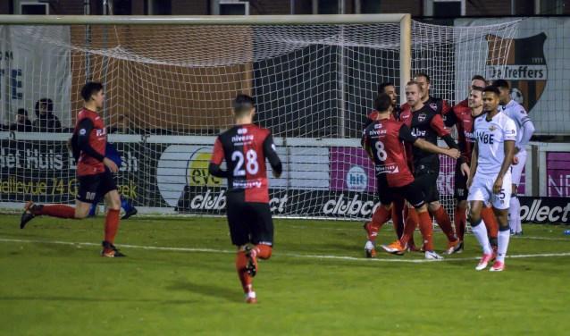 De Treffers - Rijnsburgse Boys: De Treffers viert de 1-0 van het middelpunt Sjoerd Ars. (foto: Jan Peters)