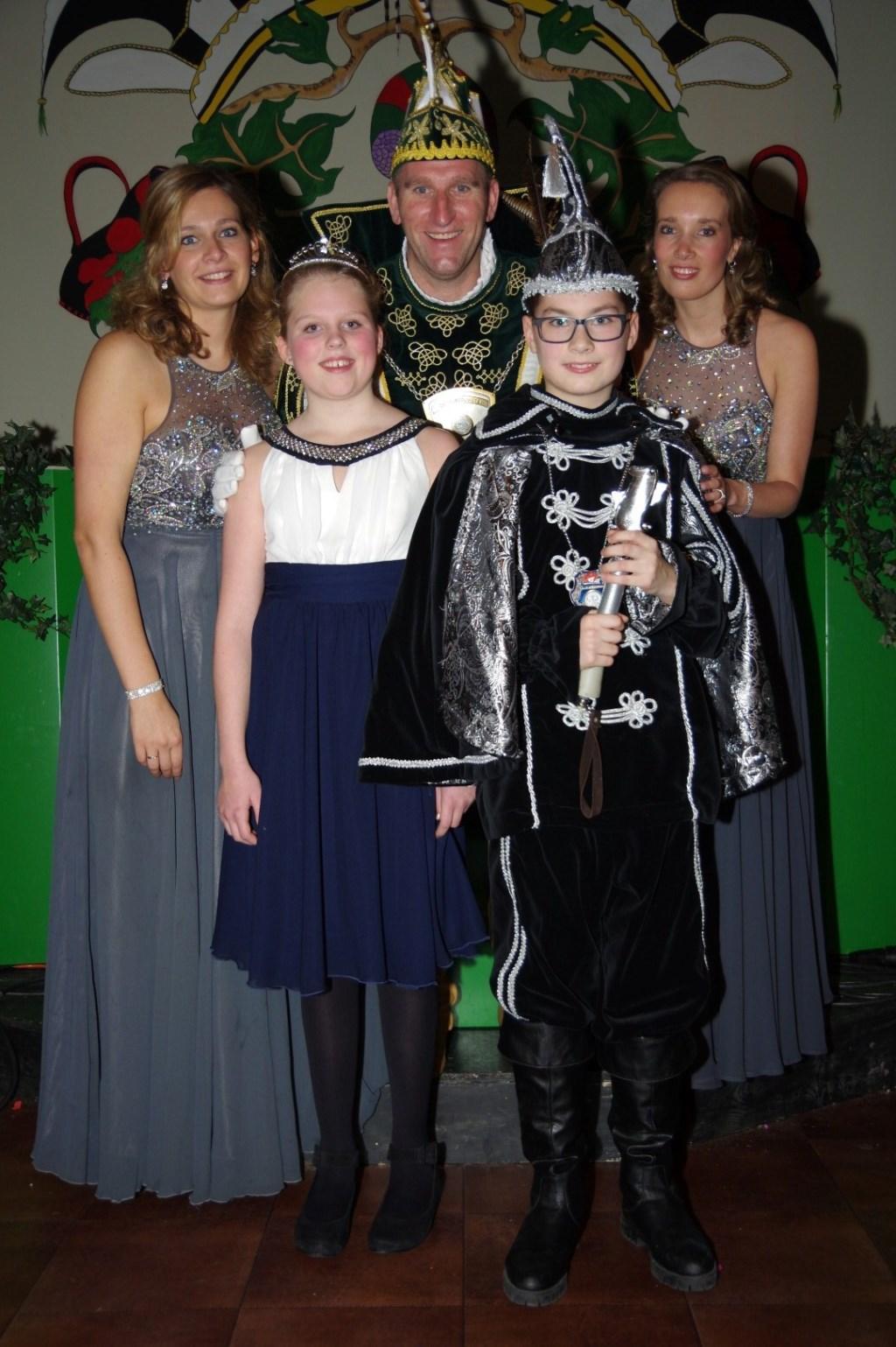 Prins en Jeugdprins met Hofdames en Prinses (foto: Peter Ariese)