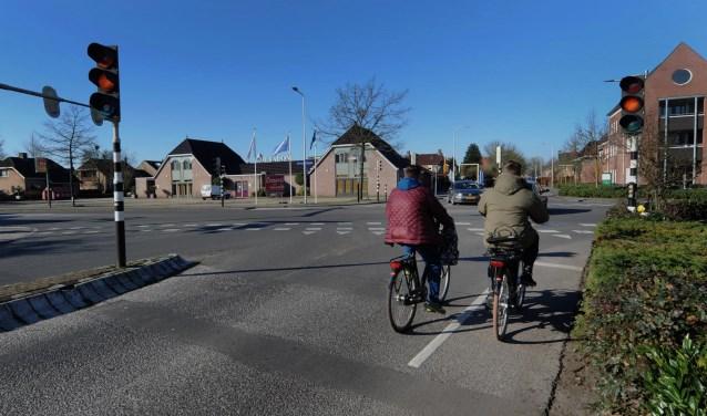 Vooral fietsers gaan profiteren van een vernieuwd kruising. Rechtsaf verkeer hoeft straks niet meer voor rood te wachten. (foto Sjaak Veldkamp)
