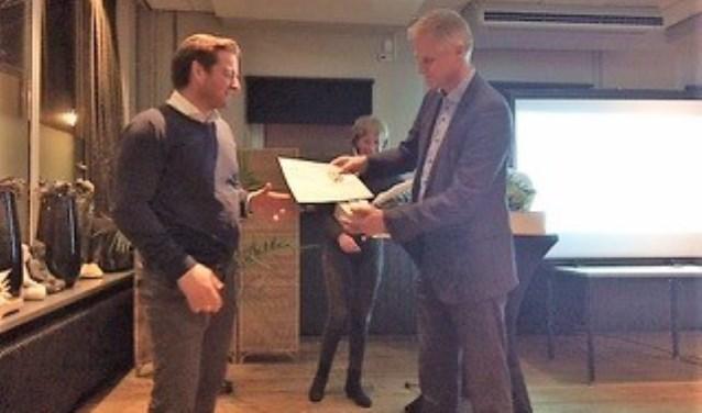 Links: de nieuwe voorzitter Paul Kok; op de foto rechts de vertrekkende voorzitter Peter de Waard.