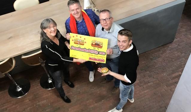 Marjan Span-Joosten en Jordi van Rootseler overhandigen een cheque aan Geert Vos van Stichting Gezamenlijk Zevenaars Carnaval en Marc van den Boom van Stichting Vrienden van Boemelburcht. (foto: erik jansen hetspan.nl)