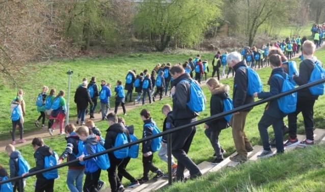 Met volle rugzakken wandelen voor water (foto: Rotary)