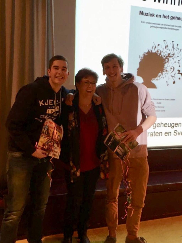 Sven Ledder en Midas Diepstraten, de winnaars van de OBC PWS Prijs 2018. In het midden Gea Boerboom, hun PWS-begeleider.