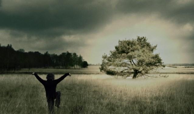 Winny beoefent tai-ch in de natuur (foto: Winny de Meij)