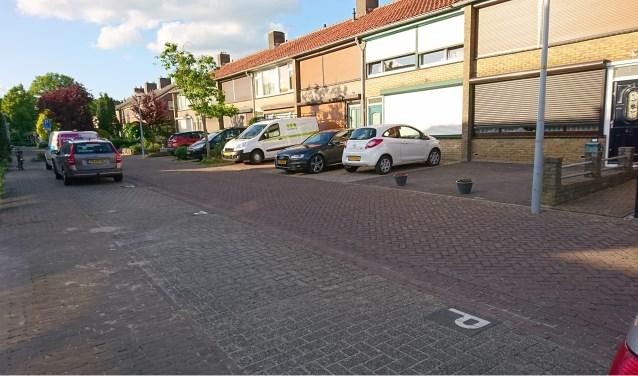 Lege parkeerplaatsen maar wel auto's op plaatsen die als voortuin bedoeld zijn (foto: John Galt)