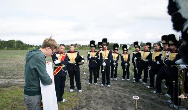 Ruben geeft uitleg aan het muziekkorps. (foto: Niels Jansen)
