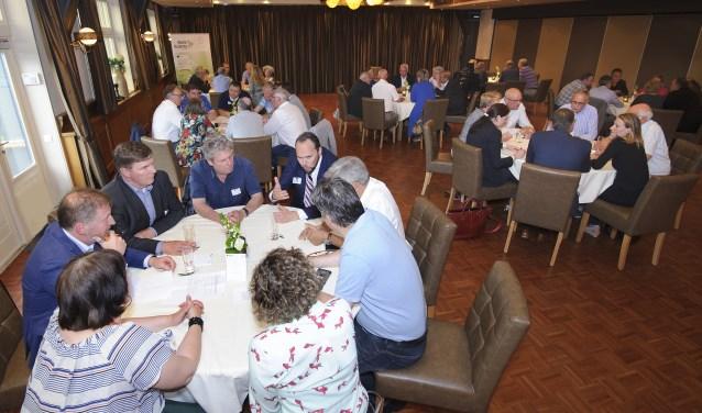 ondernemers en bestuursleden gingen om de tafel tijdens de Raadsledendiscussie (foto: Jacques Kok)