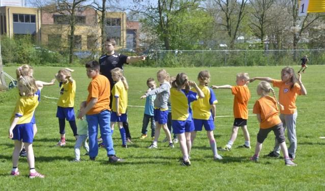 Sportende kinderen onder begeleiding van de sportcoach Joris Herbes (foto: Martin Stronks)