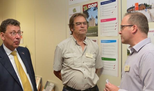 CvdK in gesprek met leden van de Werkgroep Doornenburg (foto: Werkgroep Doornenburg)