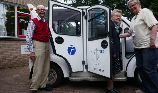 Vrijwillig Chauffeur Els Hoos brengt bezoekers van de Huiskamer terug naar huis (Foto: Toek Toek Berg en Dal)