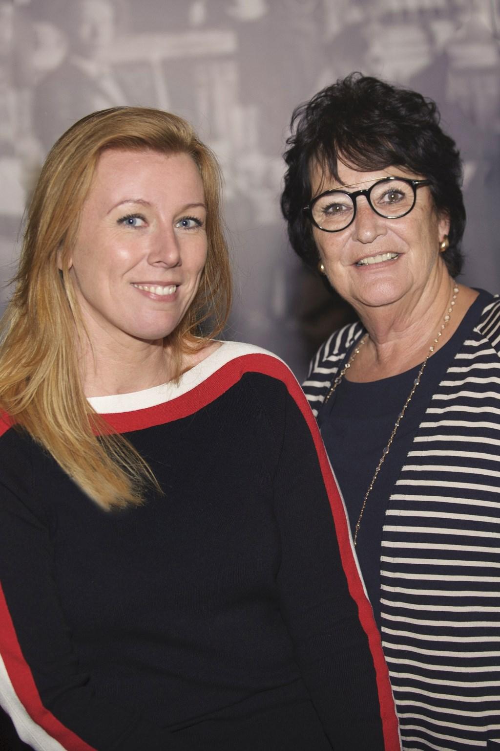 Audrey Jeurissen (links) neemt het stokje over van Sylvia Verhaar (Foto: Fotografie Jacques Kok)