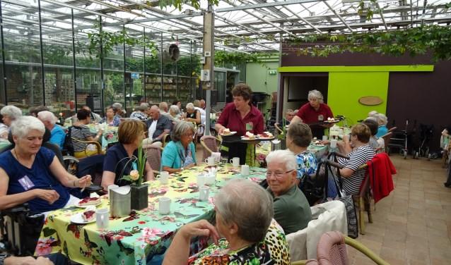 Gasten en vrijwilligers van de Zonnebloemafdeling Zevenaar-West bezochten de vlindertuinen van de Passiflora in Harskamp en begonnen de dag met een heerlijk kopje koffie met gebak. (foto: Maas Foeken)