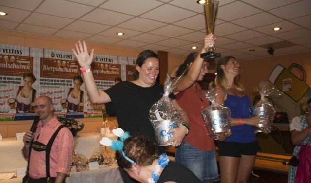 Het winnende damesteam van vorig jaar met de Willy Hendriks Bokaal.