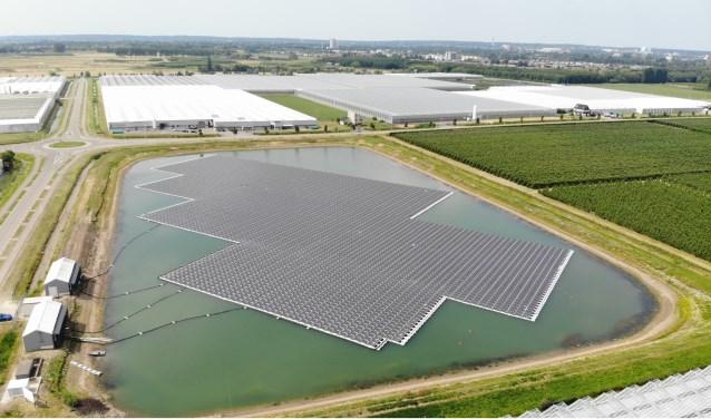 Het drijvend zonnepark (foto: Stijn Tenten)