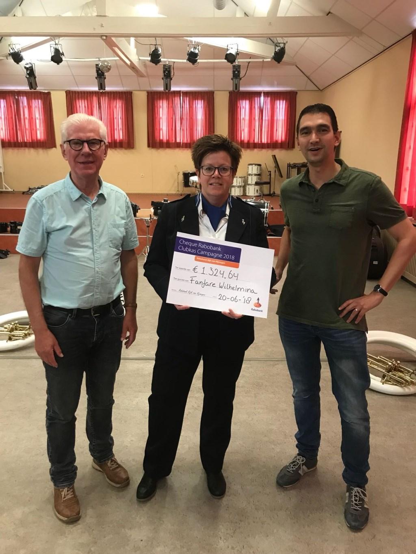 Uitreiking cheque Rabo clubkascampagne aan voorzitter Miel Fransen en penningmeester Trudy Rikken.