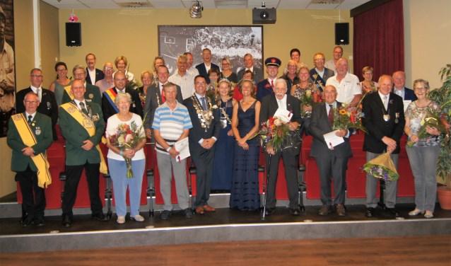 De jubilarissen met hun partners, het koningspaar Eric en Simone Klappers en jeugdkoningin Maybritt Bomers.