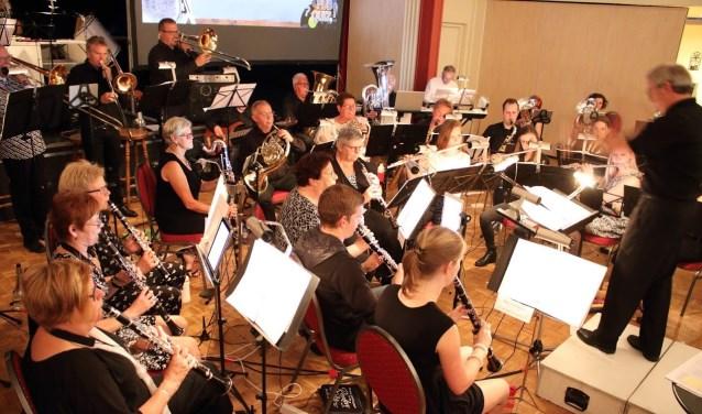 Harmonie Angeren tijdens het themaconcert Muzikale Pubquiz. (foto: Henk Sluiter)
