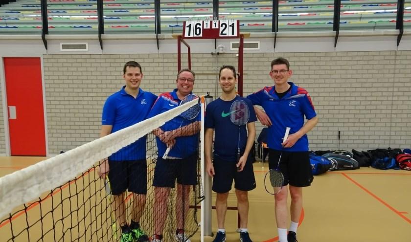 Martijn, Job, Jeroen en Berno voor het telbord met de eindstand van de derde set.