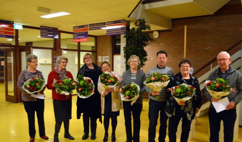 De jubilarissen kijken terecht blij en trots met hun onderscheidingen en bloemen. Van links naar rechts: An van der Spoel, Thea Thomassen, Thea Slagmeulen, Alies Rutgers, Rini Foeken, Piet van Breukelen, Vera van Breukelen en Maas Foeken. (foto: Fons Pieper)