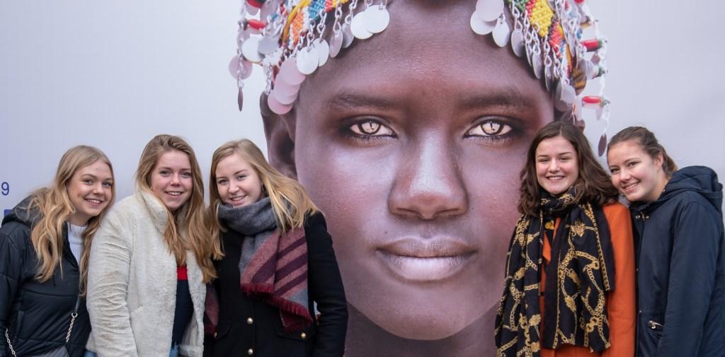 Als voorbereiding op hun reis naar Ethiopië bezochten  Vera Veldkamp, Valerie Kramer, Suze Berendsen, Nikki Schuitemaker en Jill Wijnbergen (vlnr) het Afrika Museum om iets meer over de cultuur te weten te komen.
