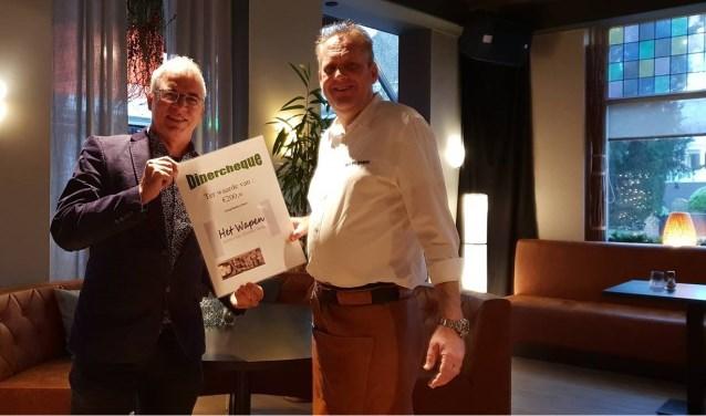 Simon Romijn (links) neemt de hoofdprijs in ontvangst uit handen van Wim Sip. (foto: Dory Reijnen)