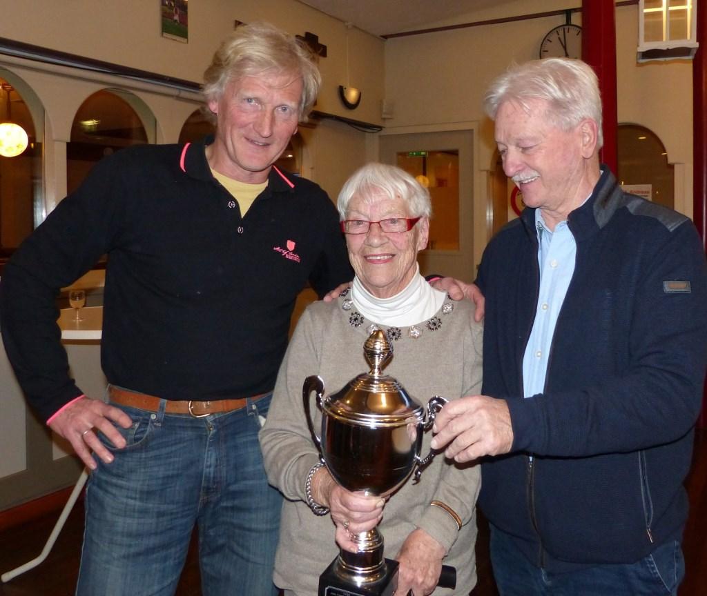Nel Bolder en de winnaars Arie Sluijs en Axel Hoff. (foto: Piet Elshof)