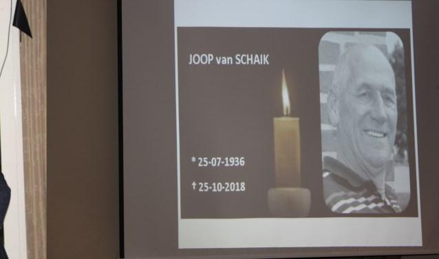 Links Jubilaris Hans de Hartog met voorzitten Frank van Schaik. Rechts postuum Joop van Schaik. (foto: Rick Dijkers)