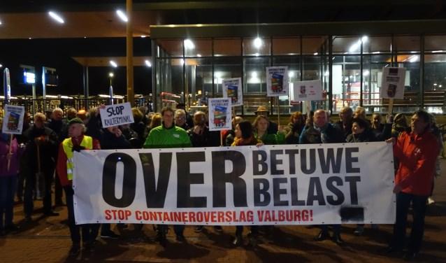 Bezorgde bewoners demonstreren tegen komst railterminal. (foto: Marij Feddema)