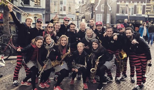 Alarmfase 3 uit Bemmel tijdens een optreden in het centrum van Utrecht. (foto: Marije Meurs)