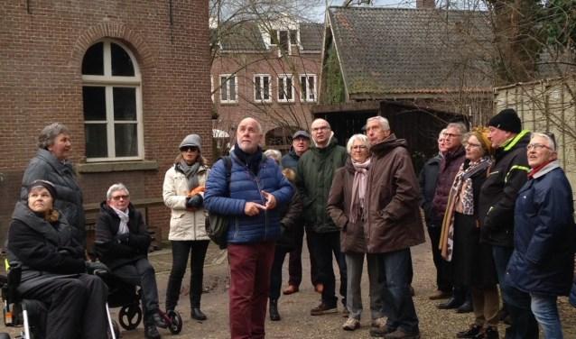 Stadsgids Frank Boerboom vertelt over de rijke historie van Zevenaar. (foto: Joke Koenen)